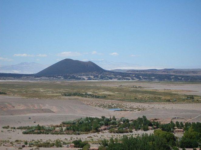800px-Volcán_Antofagasta_visto_desde_el_pueblo